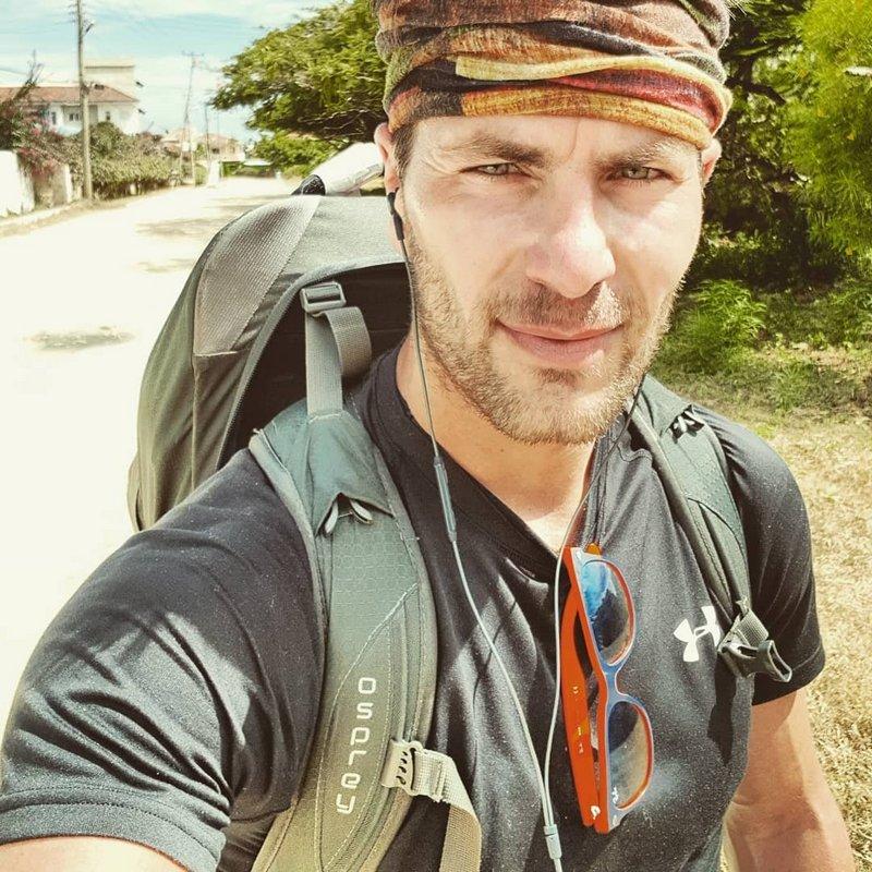 Michal Košátko cestou necestou směrem k městu Mtwapa, Kenya